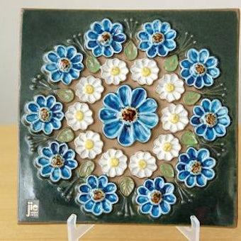 スウェーデン/JIE釜/陶板の壁掛け(ブルーと白のお花)の商品写真