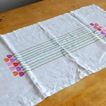 スウェーデンで見つけたチューリプのステッチが可愛いセンタークロス(長方形)の商品写真