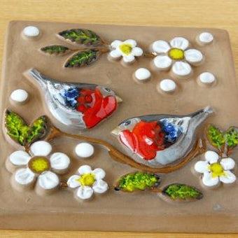 スウェーデンで見つけた陶板の壁掛け(二羽の小鳥)の商品写真