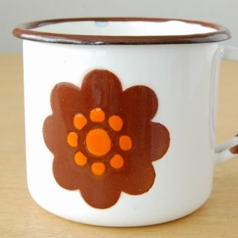 スウェーデンで見つけたホーロー製マグカップ(ホワイト・花柄)の商品写真
