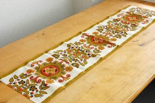 スウェーデンで見つけたテーブルランナー(オレンジのお花模様)の商品写真