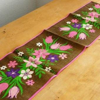 スウェーデンで見つけたテーブルランナー(ピンクのお花模様)の商品写真