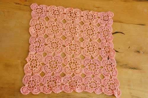 スウェーデンで見つけた手編みのセンターマット(スクエア・ピンク)の商品写真