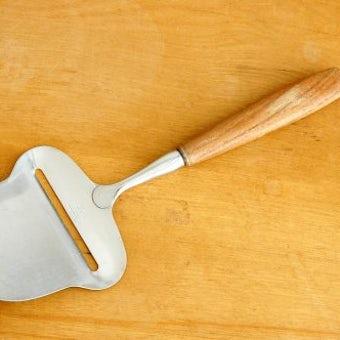 スウェーデンで見つけたチーズスライサー(木の持ち手)の商品写真