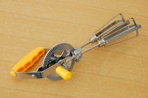 スウェーデンで見つけた回転式泡立て器(オレンジ)の商品写真