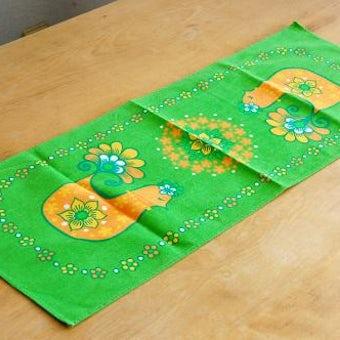 スウェーデンで見つけた二羽の小鳥のテーブルランナー(オレンジ×グリーン)の商品写真