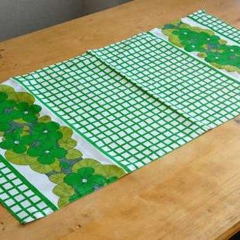 スウェーデンで見つけたお花模様のテーブルランナー(グリーン)の商品写真