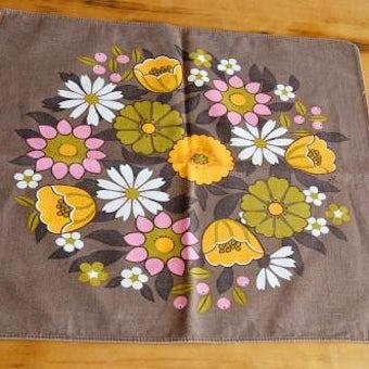 スウェーデンで見つけたお花模様のセンタークロス(ブラウン)の商品写真