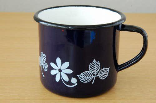 スウェーデンで見つけたホーロー製のお花模様のマグカップ(ネイビー)の商品写真