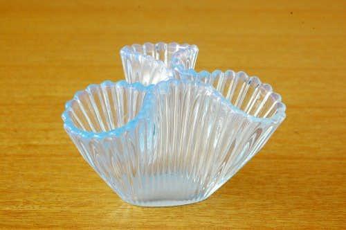 スウェーデンで見つけたガラス製の小さな花瓶(三ツ口)の商品写真