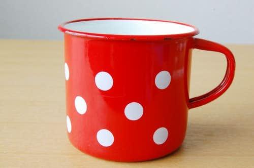 デンマークで見つけた水玉模様のホーロー製のマグカップの商品写真