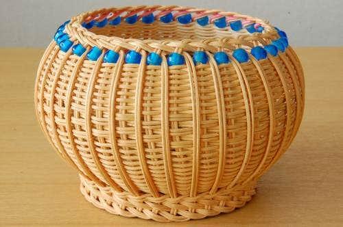 スウェーデンで見つけたブルーのビーズを編み込んだバスケットの商品写真