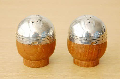 スウェーデンで見つけた卵型のソルト&ペッパーセットの商品写真