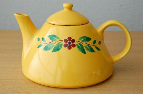 スウェーデンで見つけた陶器のティーポット(イエロー)の商品写真