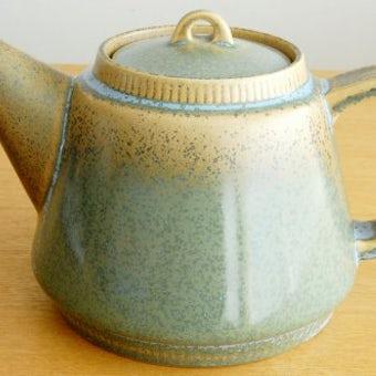 デンマークで見つけた淡いグリーンの釉薬が美しい陶器のティーポットの商品写真