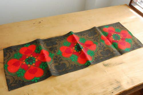 スウェーデンで見つけたテーブルランナー(ブラウン×オレンジ色のハート模様)の商品写真