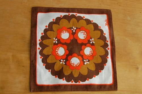 スウェーデンで見つけたお花模様のセンタークロス(ブラウン×オレンジ)の商品写真