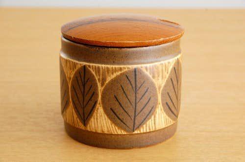 スウェーデンで見つけた葉っぱ模様の陶器のキャニスター(木蓋付き)の商品写真