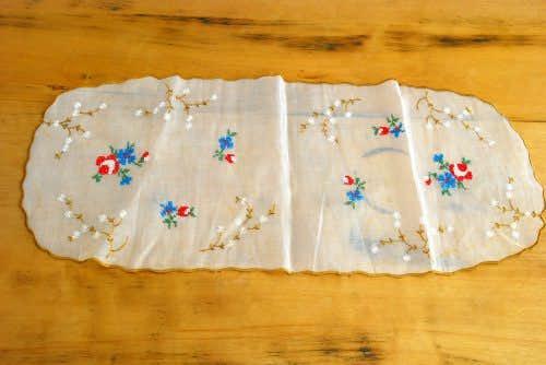 スウェーデンで見つけた繊細な布で作られたセンタークロス(お花の刺繍)の商品写真