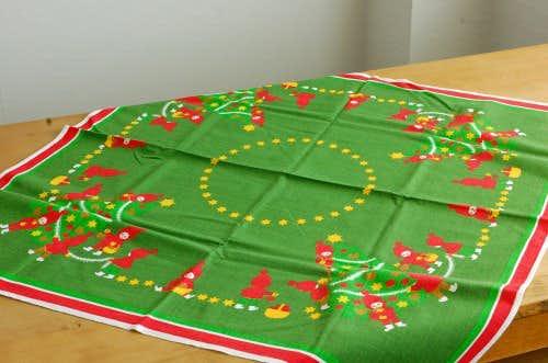 スウェーデンで見つけたテーブルクロス(トムテのクリスマス支度)の商品写真