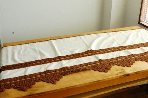 スウェーデンで見つけた手編みのニットをあしらったカフェカーテン(ホワイト×ブラウン)の商品写真