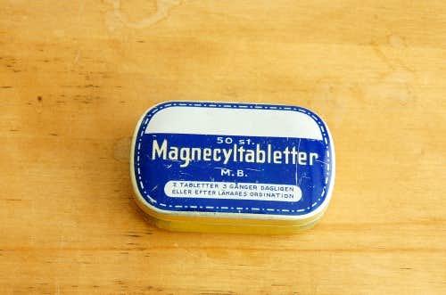 スウェーデンで見つけた古いブリキのタブレットケースの商品写真