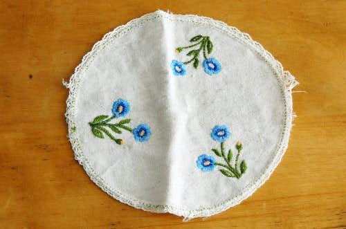スウェーデンで見つけたセンタークロス(丸型・水色のお花刺繍)の商品写真