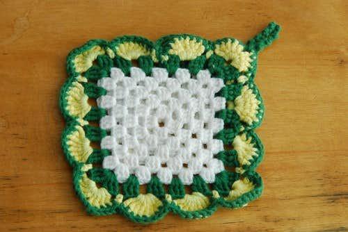 スウェーデンで見つけた手編みのポットマット(グリーン×イエロー×ホワイト)の商品写真
