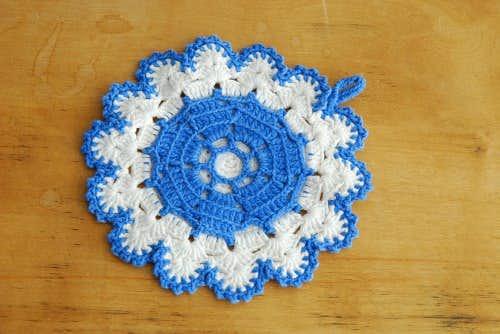 スウェーデンで見つけた手編みのポットマット/サークル(ブルー×ホワイト)の商品写真