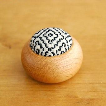 【取扱終了】倉敷意匠/遊佐刺し子/丸型ピンクッション(白・柿の花流れ刺し)の商品写真