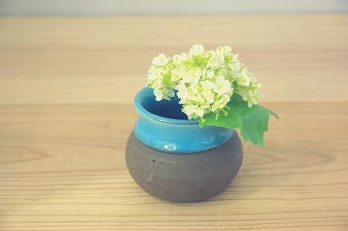 スウェーデンで見つけた空色が鮮やかな小さい壷の商品写真