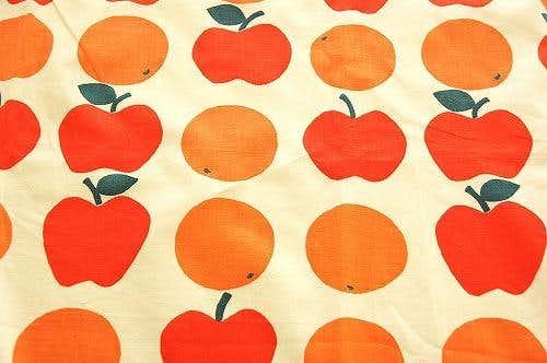 スウェーデンで見つけた果物柄のテーブルクロス(林檎とミカン柄)の商品写真