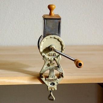 まさに暮らしの道具!アーモンドミル(チーズ削り機)の商品写真