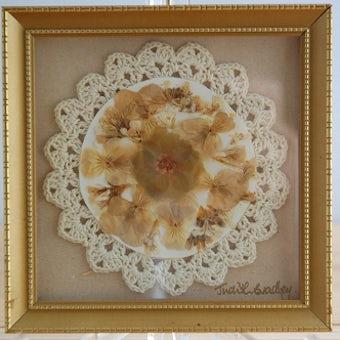 フィンランドで見つけた手編みレースと押し花をアレンジした壁掛け(白)の商品写真