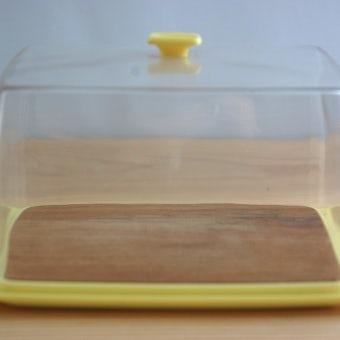 スウェーデンで見つけたプラスティックと木の組み合わせが魅力的なチーズディスペンサーの商品写真