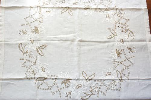 フィンランドで見つけたリネン素材の刺繍テーブルクロスの商品写真