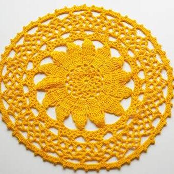 スウェーデンで見つけた手編みセンターマット(橙色ラウンド)の商品写真