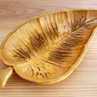 スウェーデンで見つけた葉っぱの形の木製プレートの商品写真