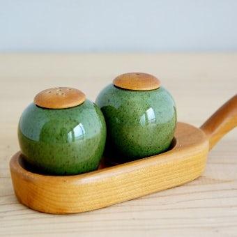 スウェーデンで見つけた木製ハンドルトレー付き調味料入れ2個セット(グリーン)の商品写真