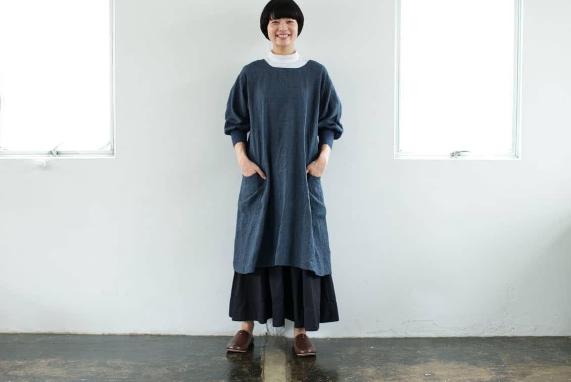 【次回8月中旬ごろ入荷予定】「キッチン、玄関、ちょっとそこまで」羽織りにもなる2WAYリネンかっぽう着(ネイビー)/ KURASHI&Trips PUBLISHINGの商品写真