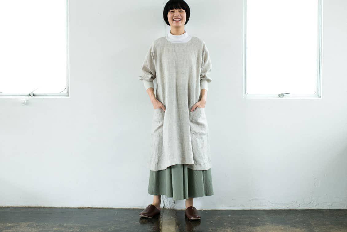 【次回8月中旬ごろ入荷予定】「キッチン、玄関、ちょっとそこまで」羽織りにもなる2WAYリネンかっぽう着(ベージュ)/ KURASHI&Trips PUBLISHINGの商品写真