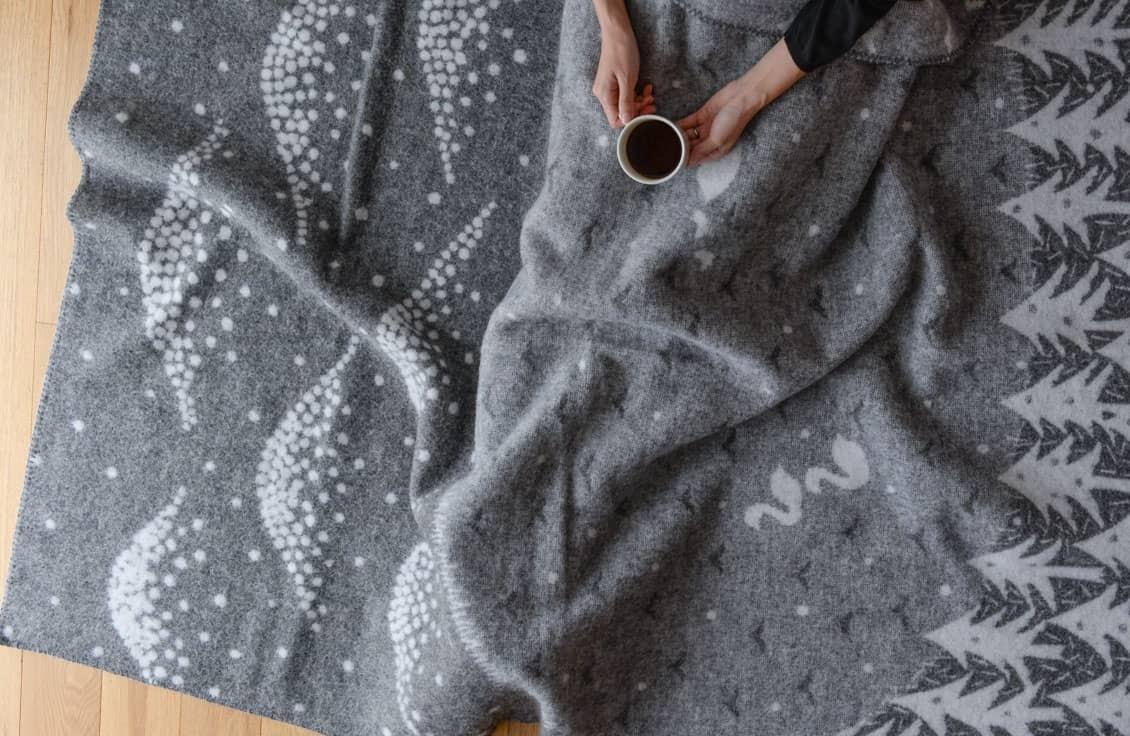 【取扱終了】クリッパン×mina perhonen/ブランケット/LAKE IN THE VALLEY(グレー)の商品写真