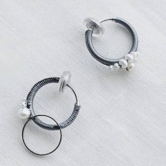 【次回11月入荷予定】fujiiikuko/淡水パールとシルク糸のイヤリングの商品写真