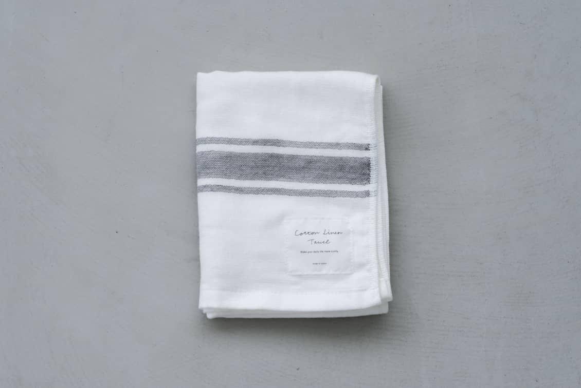 【次回8月下旬入荷予定】さらりと心地よい、コットンリネンのフェイスタオル / KURASHI&Trips PUBLISHING / ホワイト×グレーの商品写真