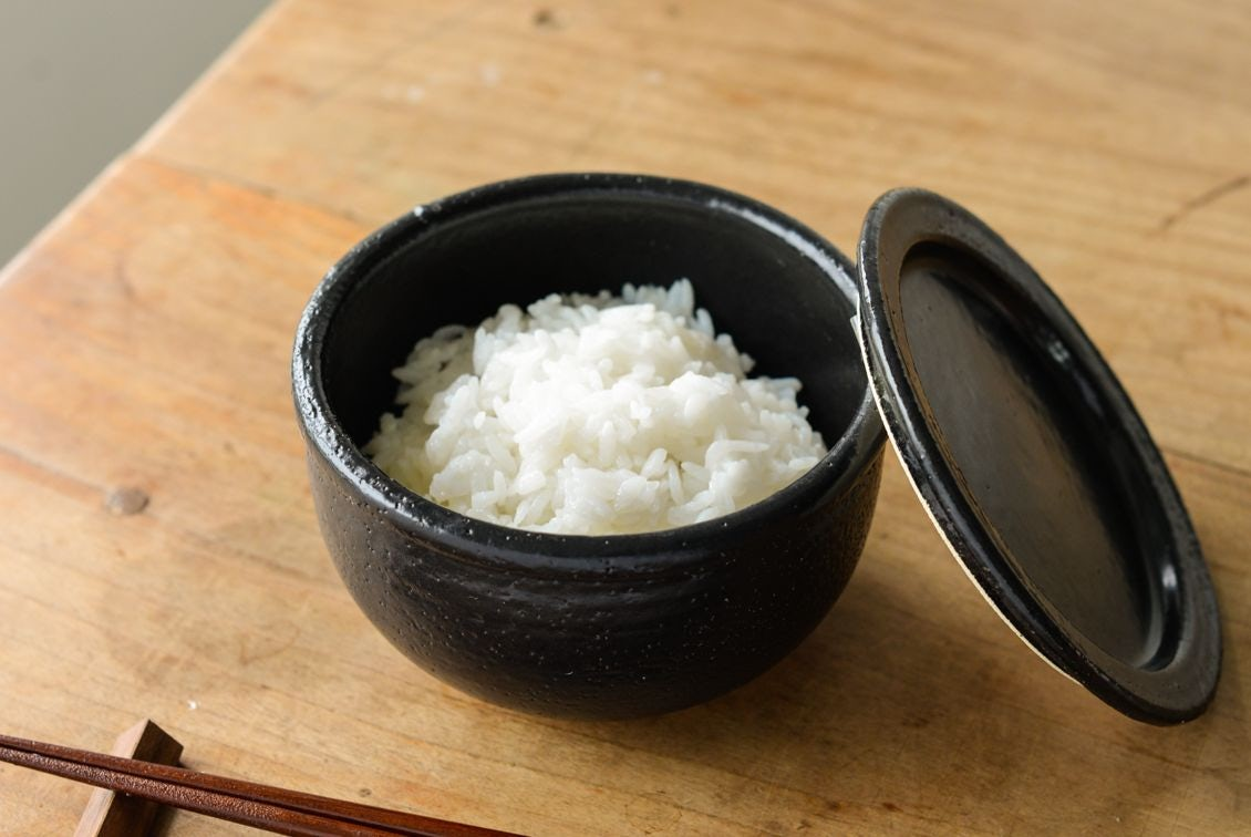 【次回8月末入荷予定】レンジで温められる一膳おひつ/萬古焼(黒)の商品写真