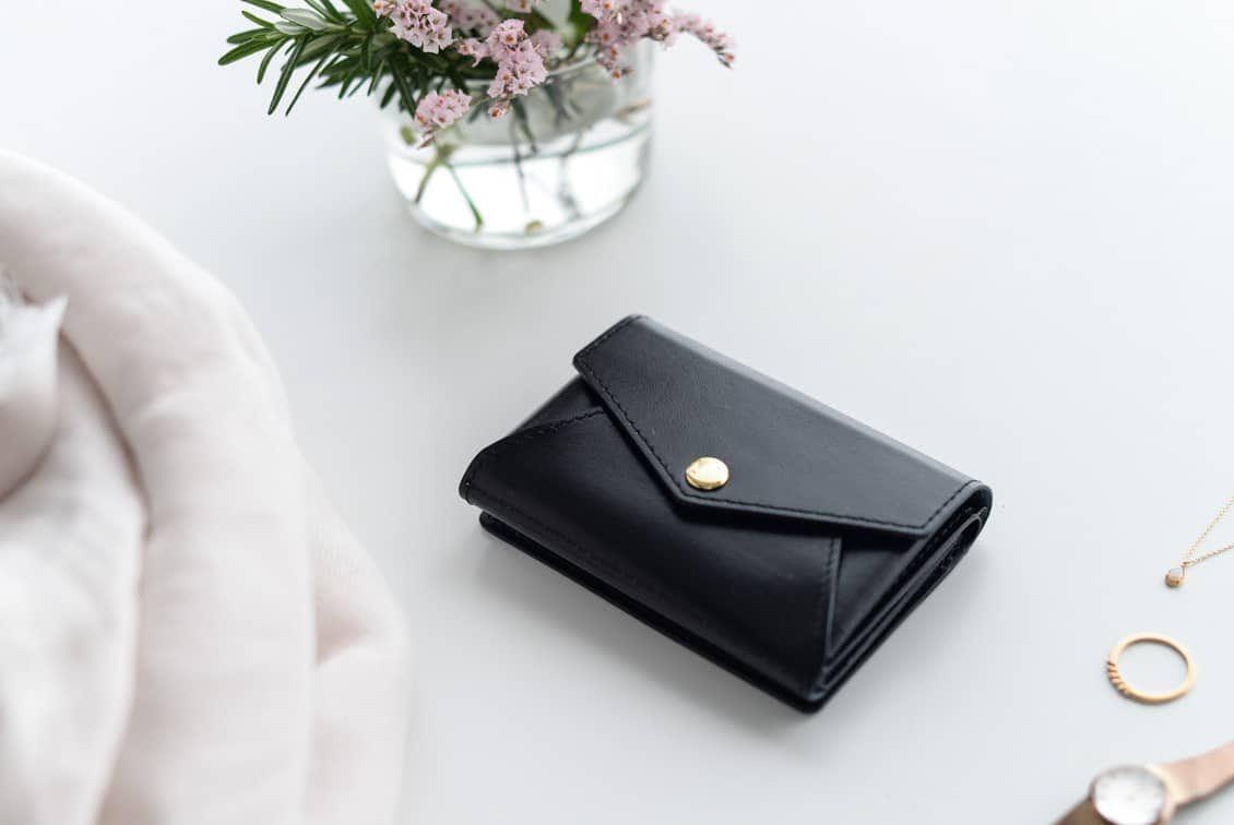 【8月下旬入荷予定】「小さく見えて収納上手」手のひらサイズの本革財布(ブラック)の商品写真