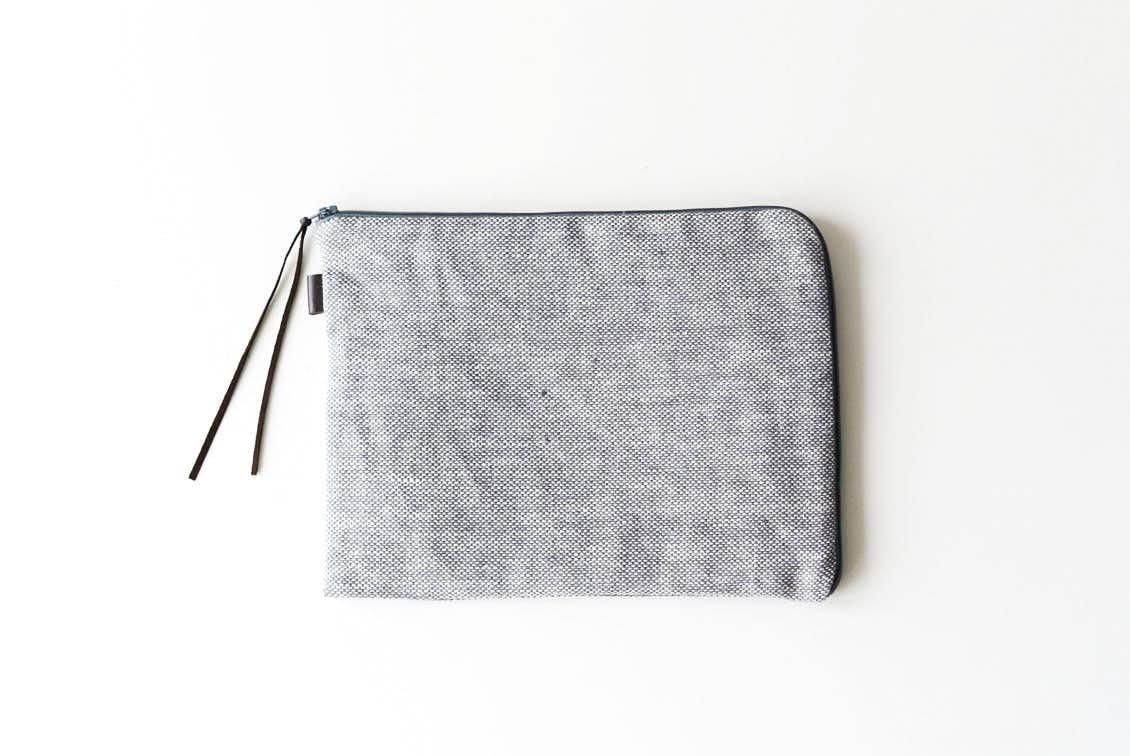 「見た目も機能もあきらめない」持ち歩きたくなるバッグインバッグ(シャンブレー)/fog linen work×KURASHI&Trips PUBLISHINGの商品写真