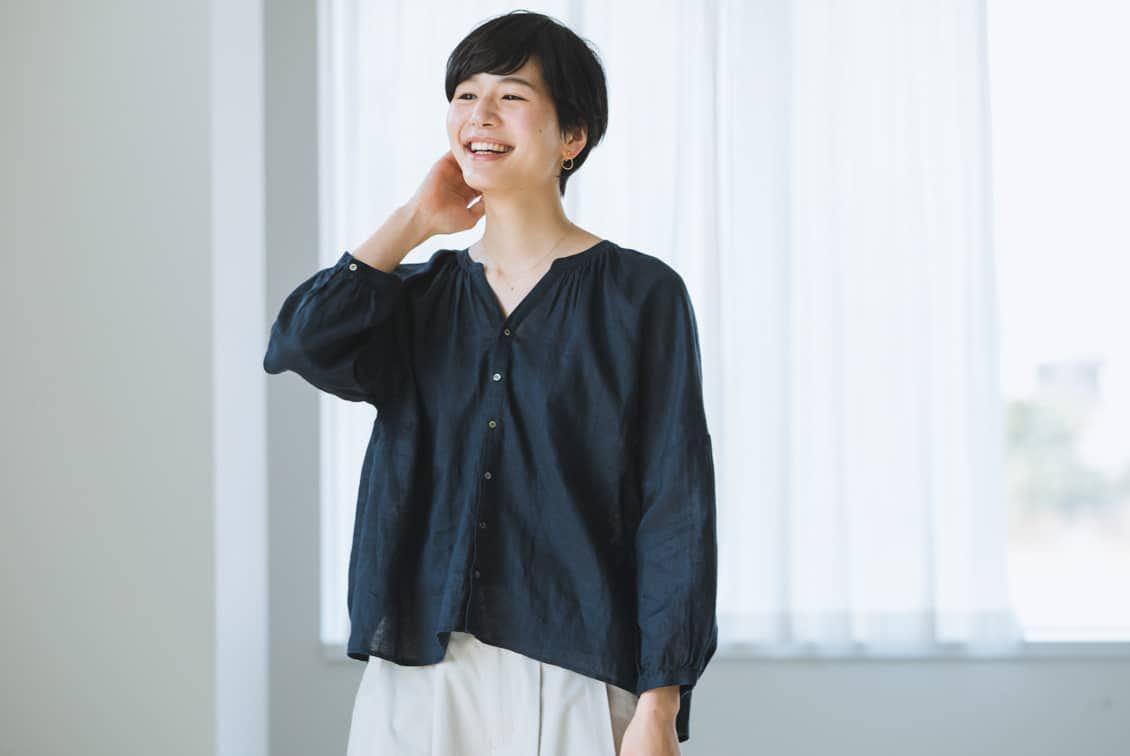 【今季終了】「私になじむ大人リネン」ツヤ感きれいなノーカラーブラウスの商品写真