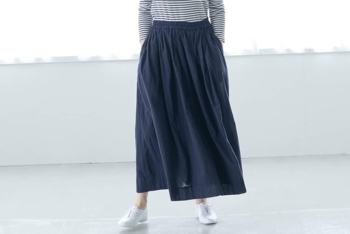 【今季終了】「私になじむ新定番」パンツ派さんにもおすすめのギャザースカート(ネイビー)の商品写真