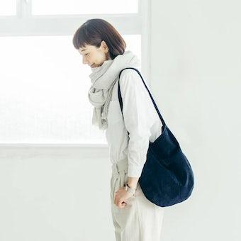 【次回9月下旬入荷予定】「雨の日にもお気に入りを」撥水スエードの2WAYトートバッグ(ネイビー)の商品写真